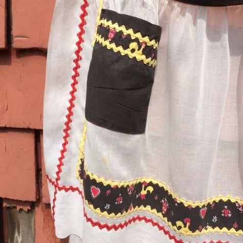 Rickrack apron closeup